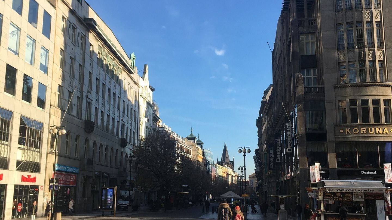 Česká republika se poprvé dostala do první dvacítky nejdražších nákupních ulic světa. Na špici žebříčku se vrací Hongkongská Causeway Bay.