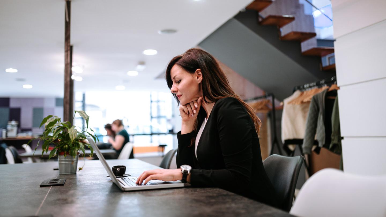 Společnosti tlačí na návrat do kanceláří. Hrozí snížením platů